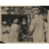 1918 Press Photo Mrs. Alfred Gwynn Vaderbilt selling shares on a gold Plate.