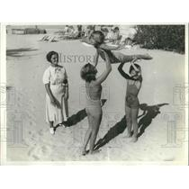 1936 Press Photo Coral Gables, Fla Helen Hoerger & sisters at the beach