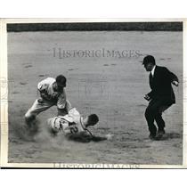 1945 Press Photo Cardinal Johhny Hopp out at 3rd vs Dodger Stankey - nes16513