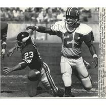 1976 Press Photo Viking Jeff Albright dives for ball vs Broncos Haven Moses