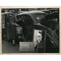 1930 Press Photo Mrs Lyman Benton of Eldorado Kansas getting in her car