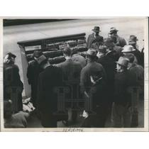 1945 Press Photo Seattle, Wash. Crowds as typographers on stike