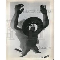 Press Photo Owens Corning Fiberglass Corp man & shows on glass