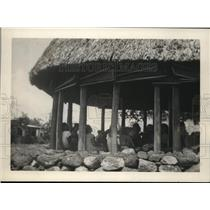 1930 Press Photo Samoans gathered with the committee in a native hut