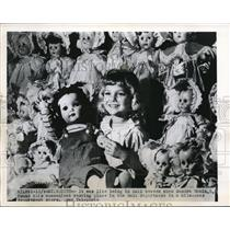 1949 Press Photo Sandra Robin, 5, in the doll department of Milwaukee store