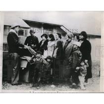 1935 Press Photo Refugees in Montana receive blankets at Camp Cooney.