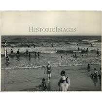1928 Press Photo People Enjoying Beach at Sea Island