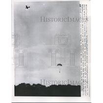 1951 Press Photo Yonkers NY Bernarr McFadden age 83 parachute jumper - nec99686