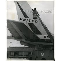 1964 Press Photo Hydraulic boom in use by United Air Lines for de-icing