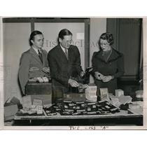 1936 Press Photo Russell Caldwin & assts with mechanical card dealer