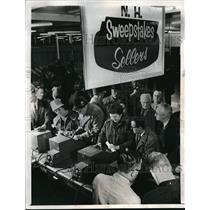 1964 Press Photo People line up for the nation's first legal lottery