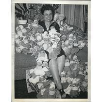 1944 Press Photo Mrs Paul Lee poses with sock dollies