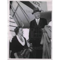 1961 Press Photo Mr and Mrs Cy Eaton at the airport