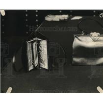 1921 Press Photo Pocketbooks on diplay in a shop