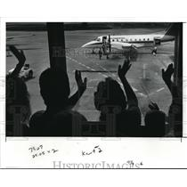 1991 Press Photo Kourtaney Collins' relatives wave at Hopkins Int'l Airport