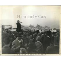 1930 Press Photo Louis Kovess Speaking Against Planned Non-Stop Flight