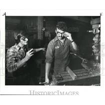 1986 Press Photo Polish defector John Czerberkus watches Leszek Kapsa runs a mac