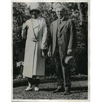1933 Press Photo Mr and Mrs Paul Loder stroll in Gardens of Bermudian Hotel