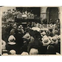 1926 Press Photo Visitors See Worshippers Hold An Open-Air Mass At The Parish