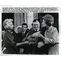1969 Media Photo Mrs Richard Dixon, Walter J Hickel and Mrs Holton R Price Jr