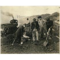 1919 Press Photo Oklahoma Governor Robertson Working w Coal Mining Volunteers