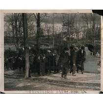 1922 Press Photo Admirers at Grave of Theodore Roosevelt Oyster Bay