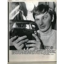 1971 Press Photo Jim Pappin inspects skate at Black Hawks Stadium - nes21188
