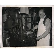 1940 Press Photo Joseph L. Menchen Working at Lathe, Manufacturing Bombs