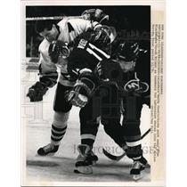 1989 Press Photo Chicago Islander Rany Wood vs Blackhawks D Wilson - nes21139