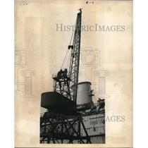 1945 Press Photo Todd Shipyards crane & man Kelly perched atop it