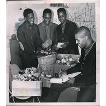 1963 Press Photo Youth Helping Out