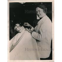 1922 Press Photo Edith Chalmers of Milwaukee gets neck shaved at a barber