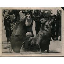 1922 Press Photo San Francisco Winner Bathing Girl Beauty Contest with Seals