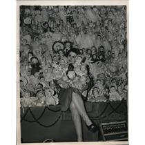 1940 Press Photo Anne McGinnis With Dolls Given to Poor By New York Telephone Co