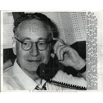 1970 Press Photo Sir Bernard Katz Tells Wife He's Co-Winner Of Nobel Prize