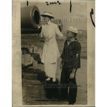 1915 Press Photo Mrs Grenville Watterberry & a sailor on USS Wyoming