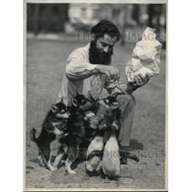 1933 Press Photo LA Calif Earl Hammond explorer & Husky pups & penguins