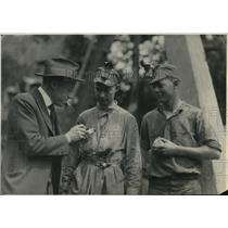 1923 Press Photo Prof. Welton Joseph Crook Examines Ore Stanford University Mine