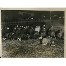 1927 Press Photo Toyko citizens pray after death of Emperor