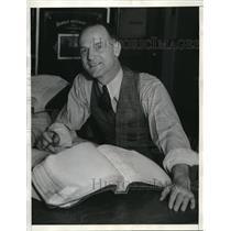 1935 Press Photo James B. Broderick wins sweepstakes award