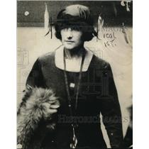 1921 Press Photo Mrs. Isabel Burrell Scully leaving fair with with T.A. Scully