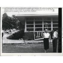 1957 Press Photo Nashville TN police & teachers at school damaged in protest