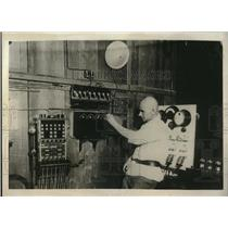 1930 Press Photo Russian radio station & operator tuning in Moscow