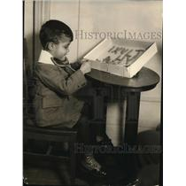 1922 Press Photo Alzamon Ira Lucas Jr learning his alphabet