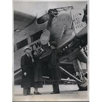 1934 Press Photo Virginia Dunham Hands Herbert Stencil Polished Plaque