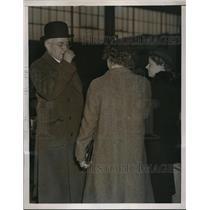 1937 Press Photo Harry K. Thaw talking to women reports