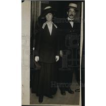 1918 Press Photo Mrs. Elizabeth Mohr and atty Arthur Cushing - nex23239