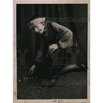 1920 Press Photo MissJean Riberia playing galloping dominoes