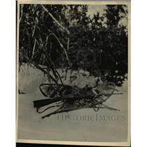 1929 Press Photo Ranger Lorence poses coyote he killed in Glacier Natl Park