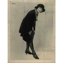 1921 Press Photo Stocking with pockets on Ruth Oswald at a show in NYC